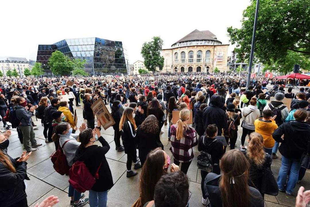 Tausende Freiburgerinnen und Freiburger zeigen sich solidarisch.  | Foto: Rita Eggstein