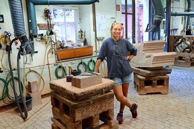 Eine Hamburgerin lernt die Arbeit der Freiburger Münsterbauhütte kennen
