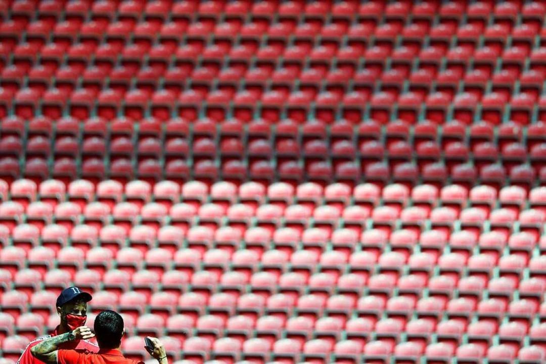 Auftritt vor leerer Kulisse – ke...ischen Stadion Masken vor einem Spiel.  | Foto: Kai Pfaffenbach (dpa)