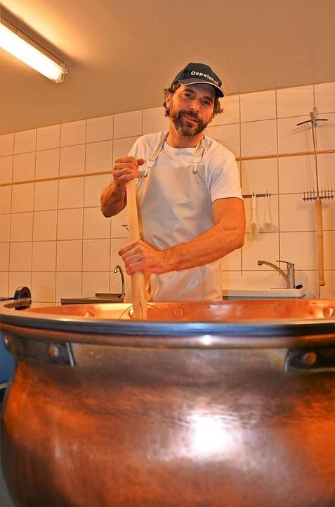Martin Braun bei der Käseherstellung  | Foto: Anita Fertl