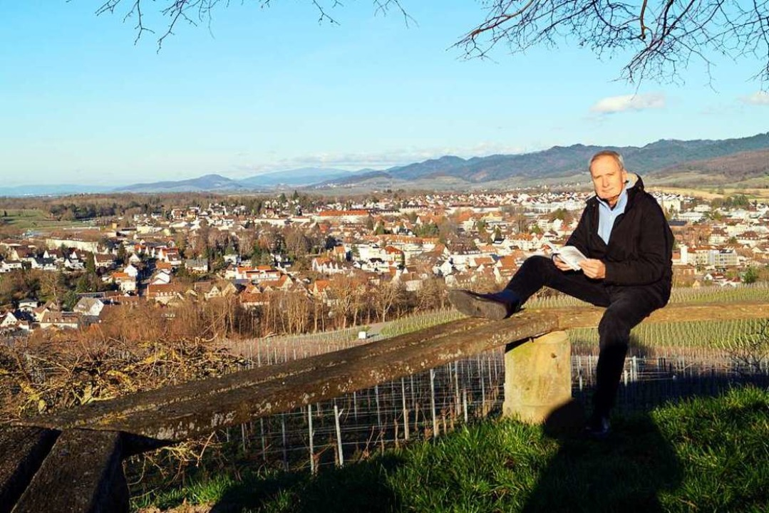 """Der Autor Wolfgang Abel am Aussichtspunkt """"Luginsland"""" bei Müllheim.    Foto: Silke Hartenstein"""
