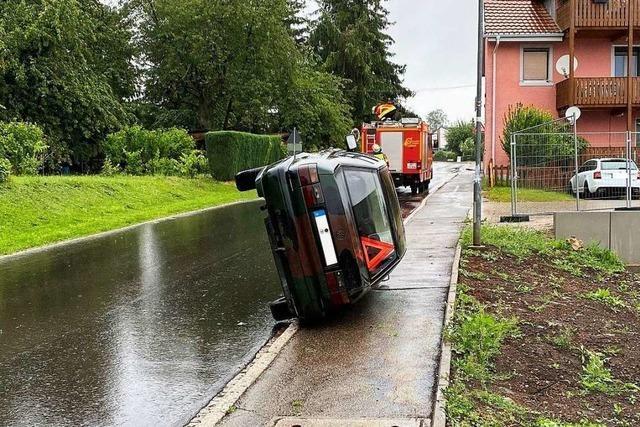 Auto (wurde) in Laufenburg auf die Seite gekippt