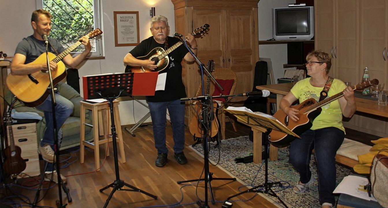 Die drei Musiker von handg'machd... die Menschen Musik machen zu können.   | Foto: Christiane Franz