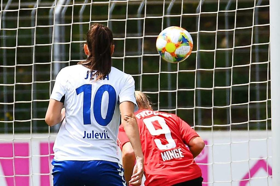 Janina Minge (rechts) trifft zum 1:0 für die SC-Frauen gegen Schlusslicht Jena.    Foto: Achim Keller/SCFreiburg/POOL