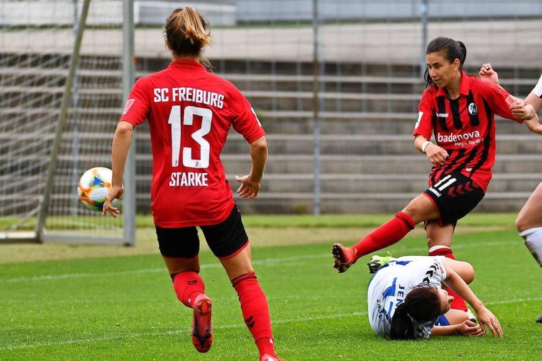 Hasret Kayikci (rotes Trikot, rechts) schiebt zum 4:0 für ihr Team ein.    Foto: Achim Keller/SCFreiburg/POOL
