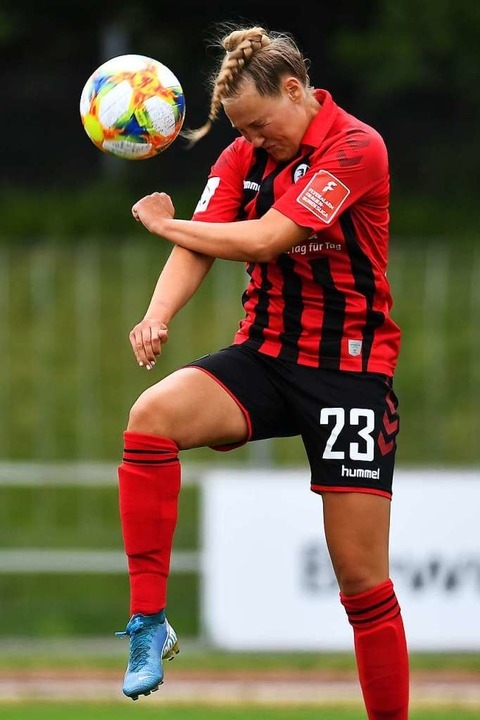 SC-Spielerin Marie Müller beim Kopfball    Foto: Achim Keller/SCFreiburg/POOL