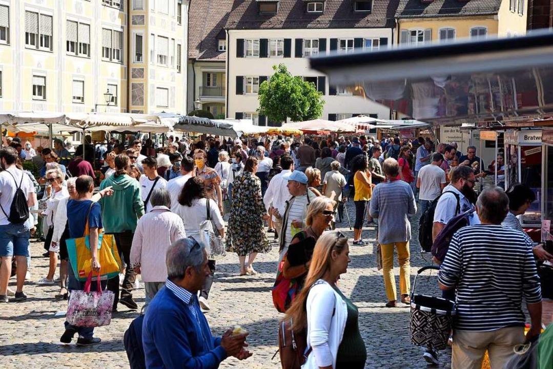 Auf dem Münstermarkt geht's manc...ten daher freiwillig ein Maske tragen.  | Foto: Thomas Kunz