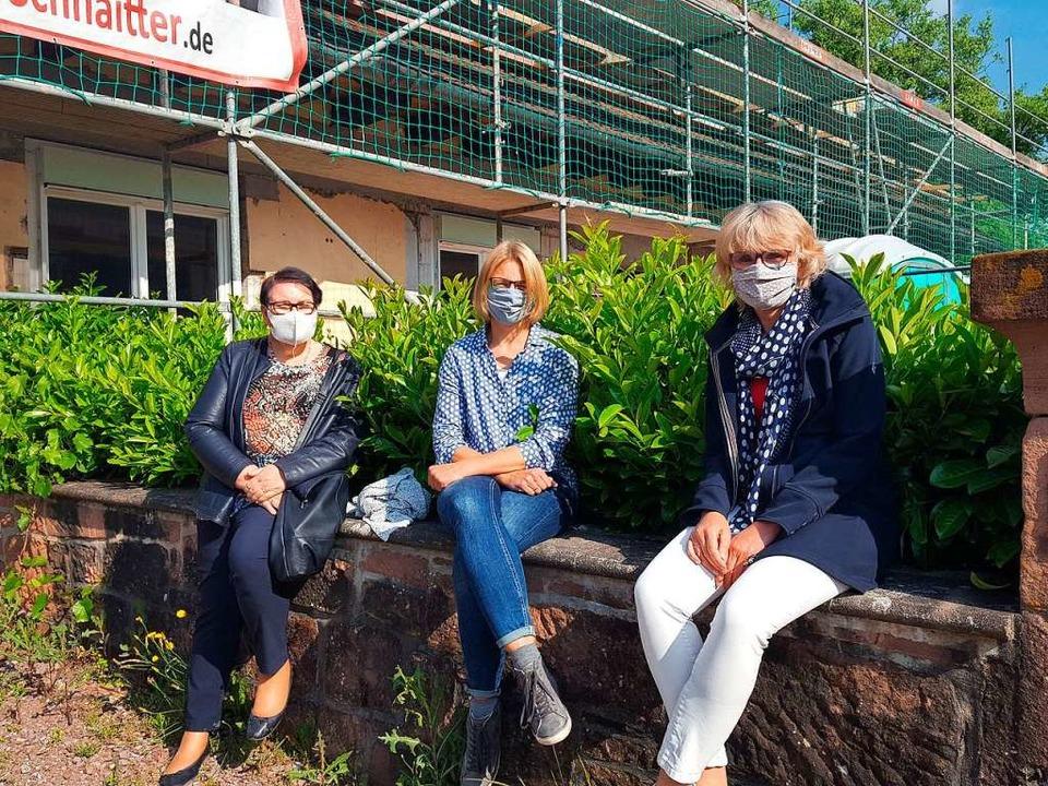 Ursula Gruninger (von links), Lucia Ei...vor der Baustelle des Seniorenprojekts    Foto: Beate Zehnle-Lehmann