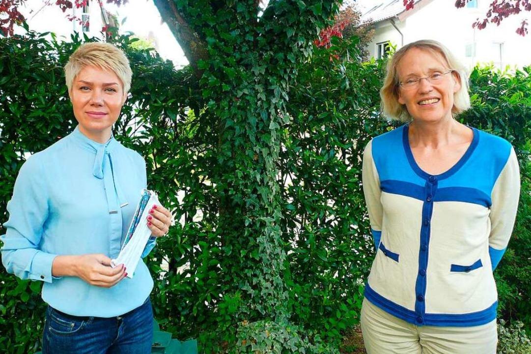 Somyeh Azizadeh  (links) und  Sigrun S...Gundelfinger Flüchtlingshelferkreises.  | Foto: Nina Herrmann