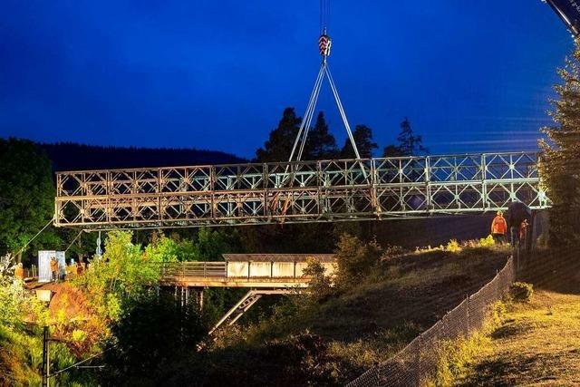 THW-Mitglieder montieren Behelfsbrücke über die Dreiseenbahn