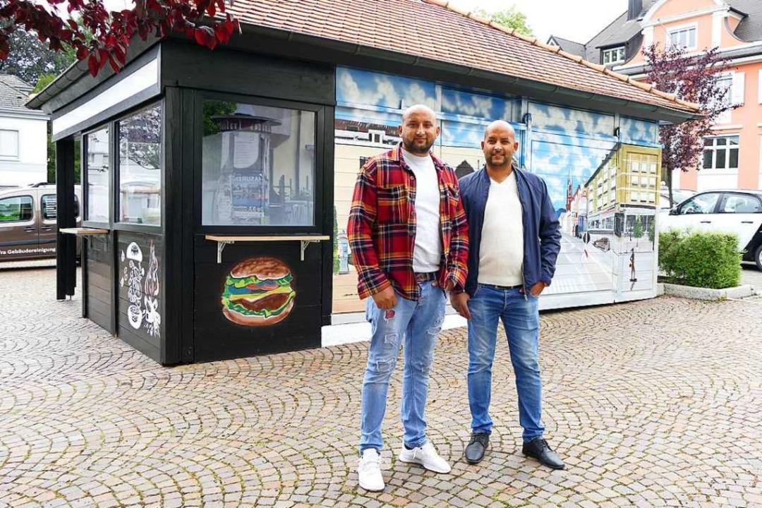 Kushtrim (links) und Kujtim Sofra vor ...ger, Pommes & Co verkaufen wollen.  | Foto: Sophia Hesser