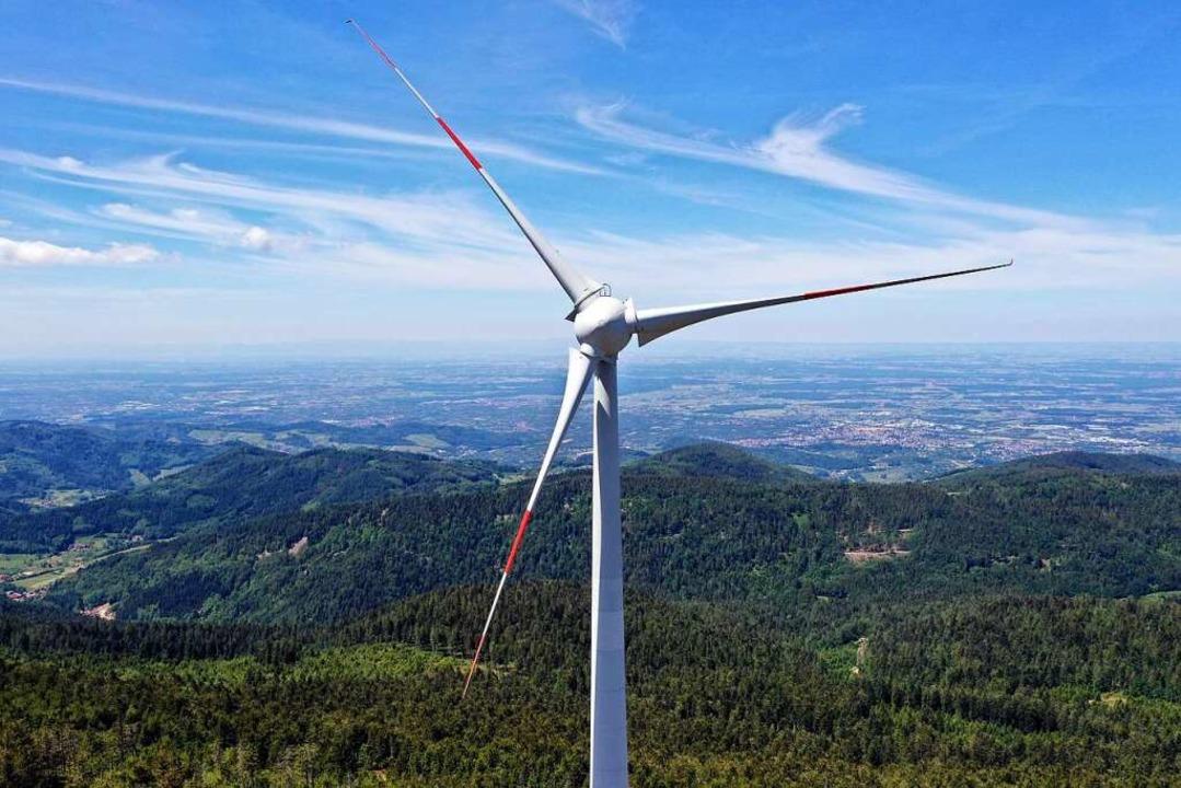 Das Windkraftwerk auf der Hornisgrinde...beiden Windräder auf seiner Gemarkung.  | Foto: Peter Heck