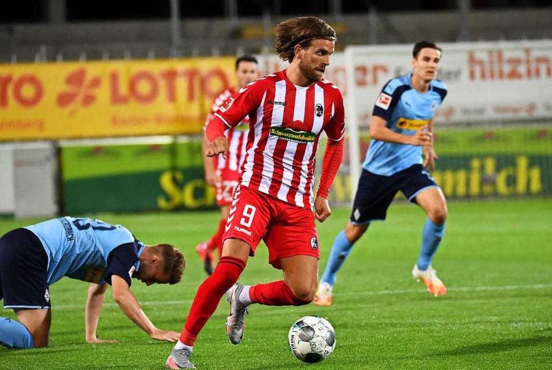Vorwärtsbewegung: SC-Stürmer Lucas Höl...b gewann das Match am Freitag mit 1:0.  | Foto: Achim Keller/SCFreiburg/POOL