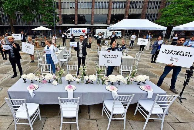 Hochzeitsbranche demonstriert in Freiburg für Finanzspritzen