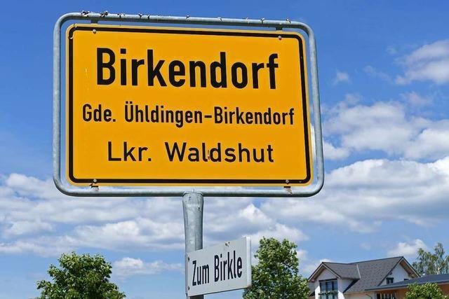 In das Ortsschild von Birkendorf hat sich ein Tippfehler eingeschlichen
