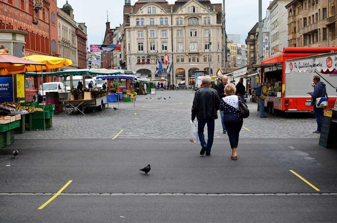 Bodenmarkierungen auf dem Markt und viel Abstand zwischen den Ständen.  | Foto: Savera Kang