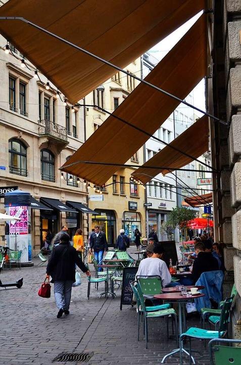 In Straßencafés sitzen bei schönem Wet...isten müssen sie sich nicht eintragen.  | Foto: Savera Kang