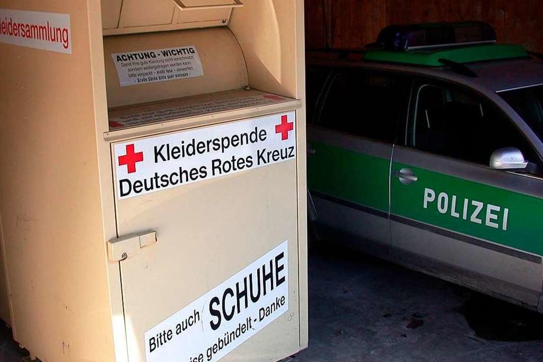 Einen Altkleidercontainer in Denzlinge...; sie wurden auf frischer Tat ertappt.  | Foto: Jörg_Taron