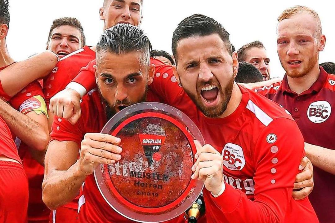 Erich Sautner (rechts) bejubelt mit Ya...nger den Aufstieg in die Regionalliga.  | Foto: Patrick Seeger