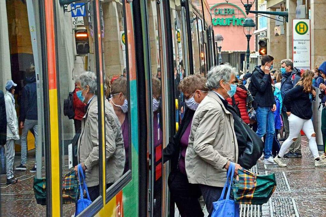 Auch wenn Bahnen und Busse ab Montag w...ht und Abstandsgebot gelten weiterhin.  | Foto: Michael Bamberger