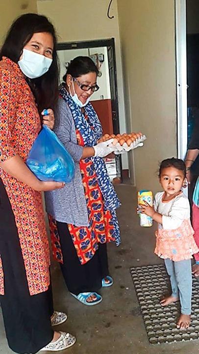 Frauen übergeben einer Familie im Mai Lebensmittel in Khokana.  | Foto: Verein