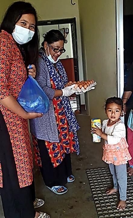 Frauen übergeben einer Familie im Mai ...erzeit ohne Einkommen und Versorgung.   | Foto: Verein
