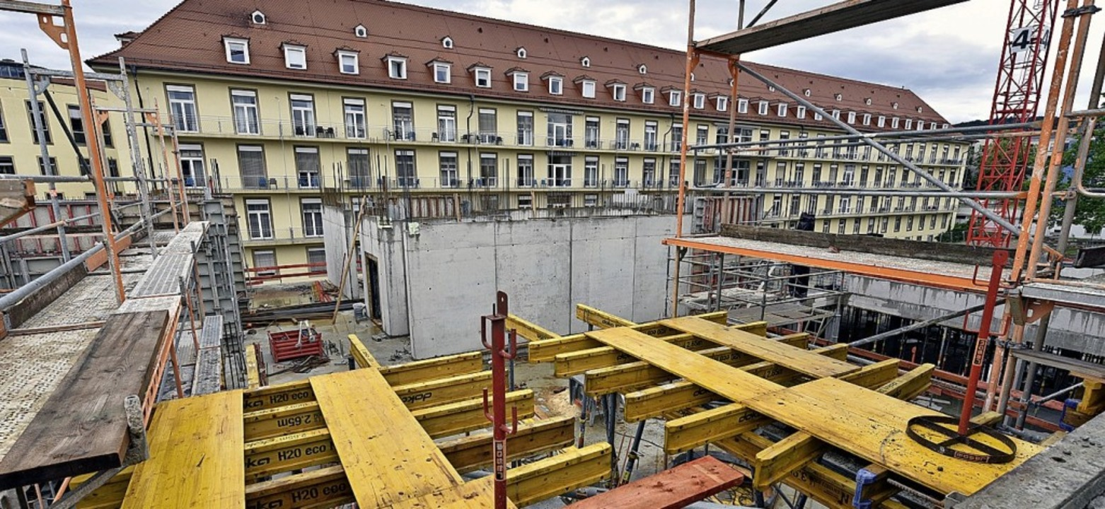 Das Gebäude sieht von oben aus wie die...mündet in einen Steg zur Frauenklinik.  | Foto: Thomas Kunz