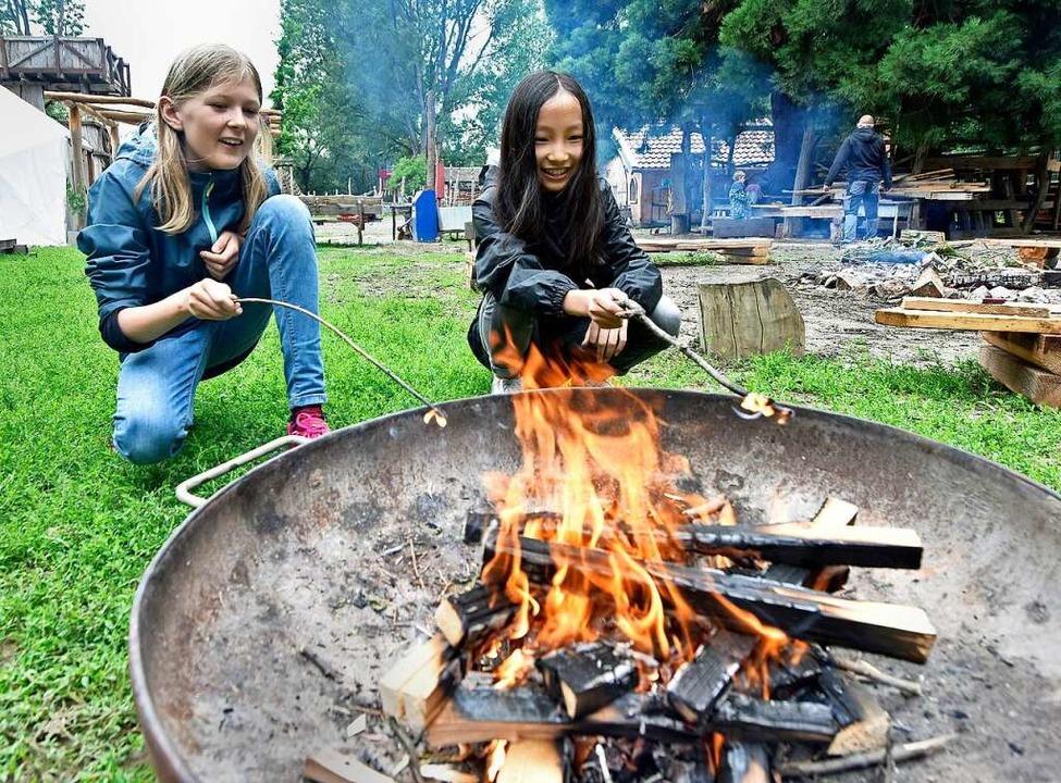 Gut zum Aufwärmen: Lena (10, links) und Meme (11) wissen, wie man Feuer macht.  | Foto: Michael Bamberger