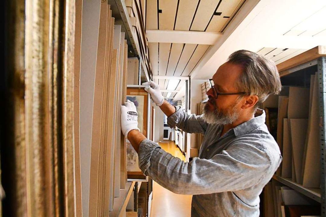 Depot-Leiter Arne Gentzsch im provisorischen Lager der Museumssammlung  | Foto: Barbara Ruda