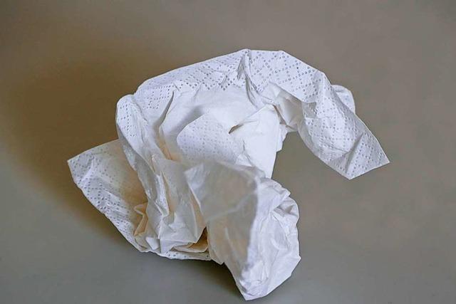 Streit wegen Mundschutz: Frau bewirft andere mit benutzten Taschentüchern