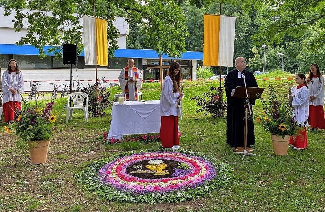 Keine Prozession zu Fronleichnam, aber...Blumenteppich vor dem Altar in Lehen.   | Foto: Franz Ehret