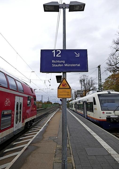 Wer am Bad Krozinger Bahnhof per Regio...chts) nicht nur die Rücklichter sehen.  | Foto: Frank Schoch