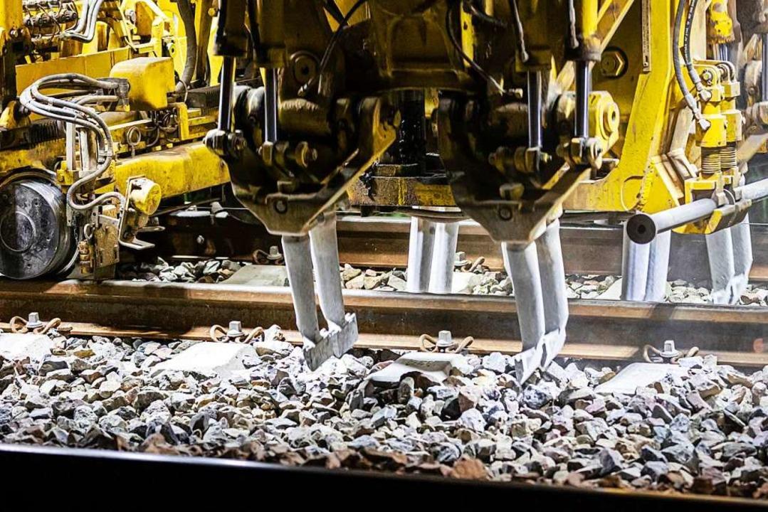 Bei den jüngsten  Gleisarbeiten, wie h...insatz, um den Schotter zu verdichten.  | Foto: Hubert Gemmert