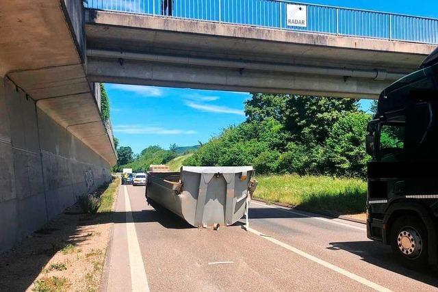 Lastkraftwagen kollidiert auf Autobahn mit Fußgängerbrücke