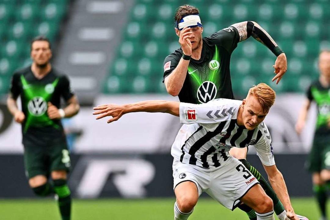 Lienhart versucht den Ball abzuschirmen.  | Foto: Sascha Steinbach (dpa)
