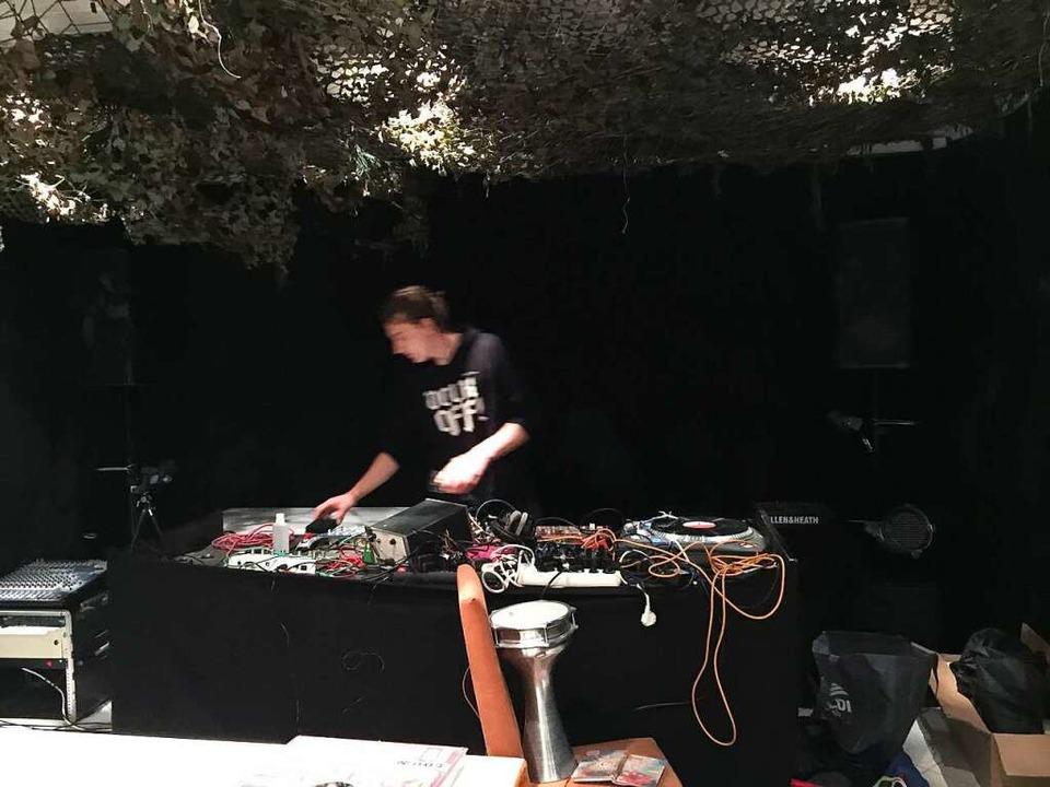 Allein in der Corona-Zeit: DJ Grodock legt auf.  | Foto: Jan