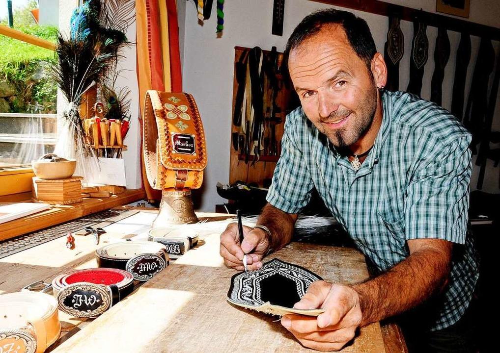 Federkielsticker im Alpbachtal - die R...st für ihr Traditionshandwerk bekannt.  | Foto: Gabriele Grießenböck (dpa)
