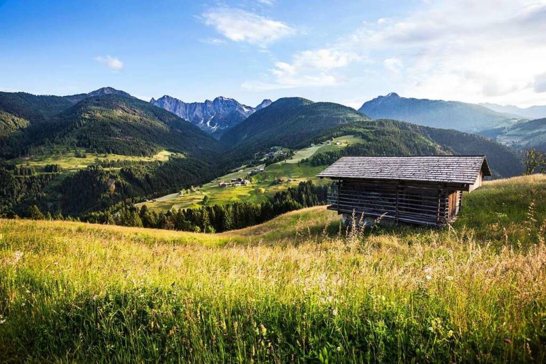 Bergidylle im Lesachtal: Die Region lockt Wanderer und andere Aktivurlauber.  | Foto: Wolfgang Hummer (dpa)