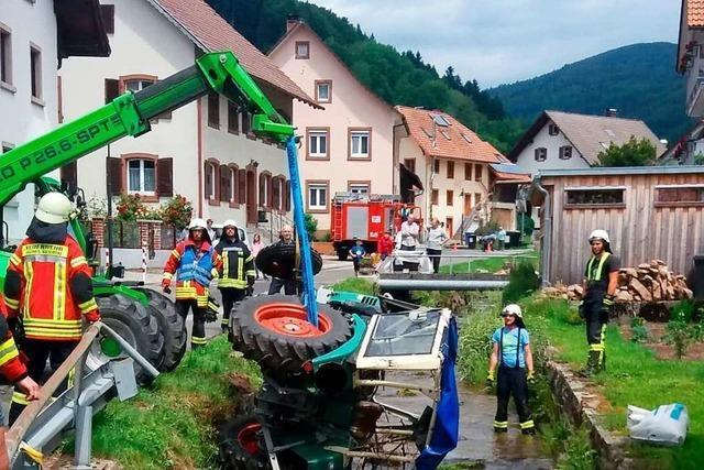 Feuerwehr Kleines Wiesental birgt Traktor aus einem Bach in Wies