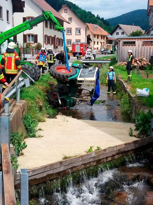 In Wies war ein Traktor in den Bach gestürzt.  | Foto: privat