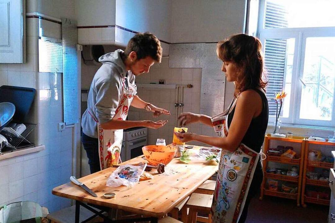 Wenn aus Verliebtheit Liebe wird: Julien und Marina teilen auch ihren  Alltag.  | Foto: Raffenbeul