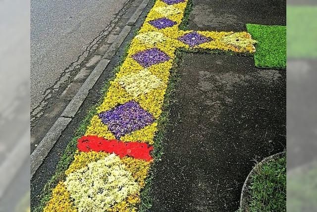 AUCH DAS NOCH: Böller und Blumenteppiche