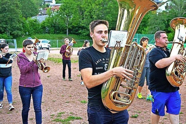 Lenzkircher Musiker proben in der Abendsonne