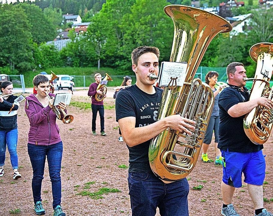 Erste Musikprobe der Stadtmusik Lenzki...nden  Marschprobe auf dem Sportplatz.     Foto: Wolfgang Scheu