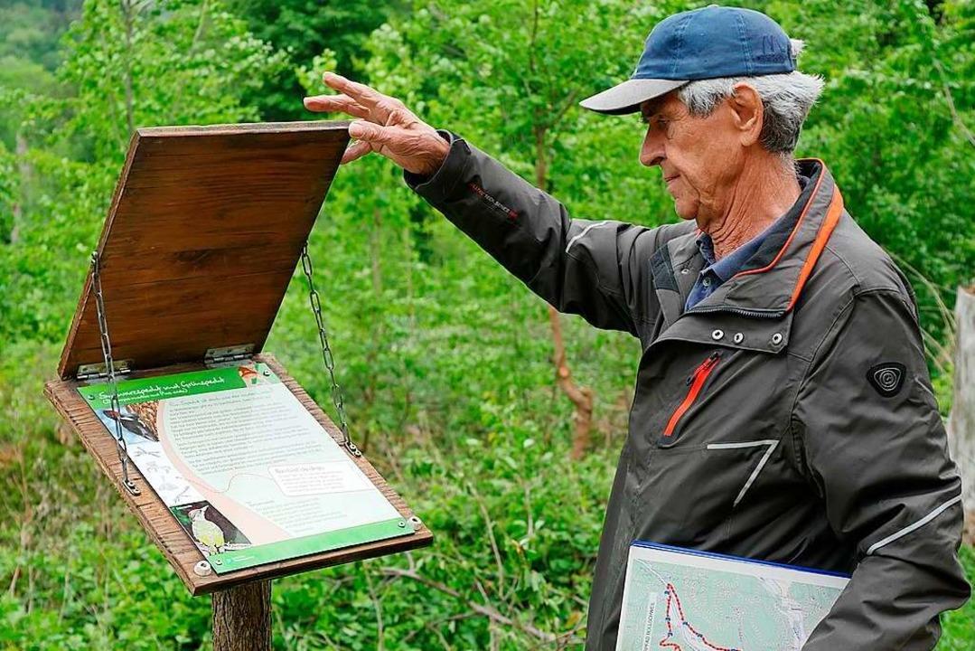 Hans Joachim Weiser vor der Tafel über den Specht  | Foto: Jannik Jürgens