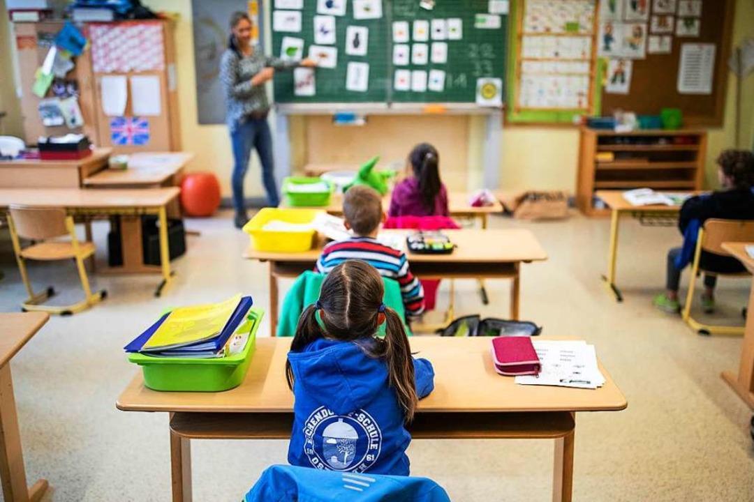 An jedem Tisch darf wegen der Corona-Abstandsregel nur ein Kind sitzen.  | Foto: Marcel Kusch (dpa)