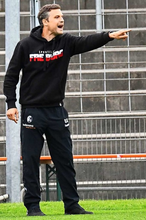 SC-Coach Daniel Kraus weist an.    Foto: Achim Keller/SCFreiburg/POOL