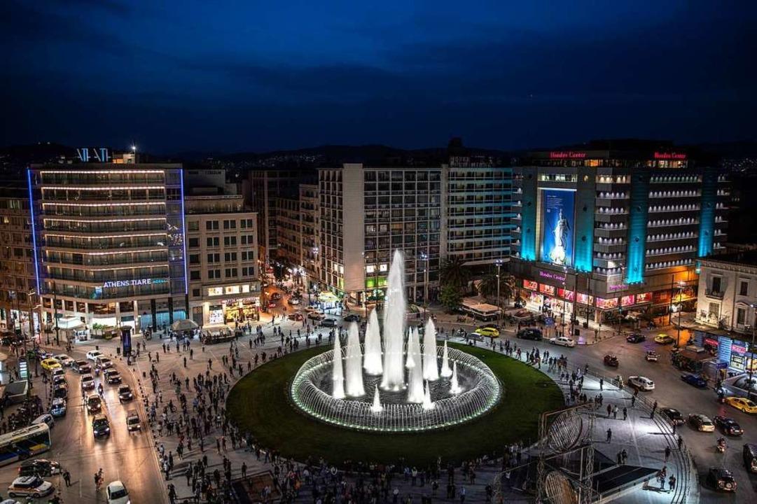 Ein Springbrunnen mitten in der Stadt: der umgestaltete Omonia-Platz in Athen   | Foto: Petros Giannakouris (dpa)