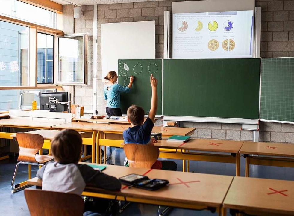 Schulkinder einer fünften Klasse des K...ln und partieller Maskenpflicht statt.  | Foto: Philipp von Ditfurth (dpa)
