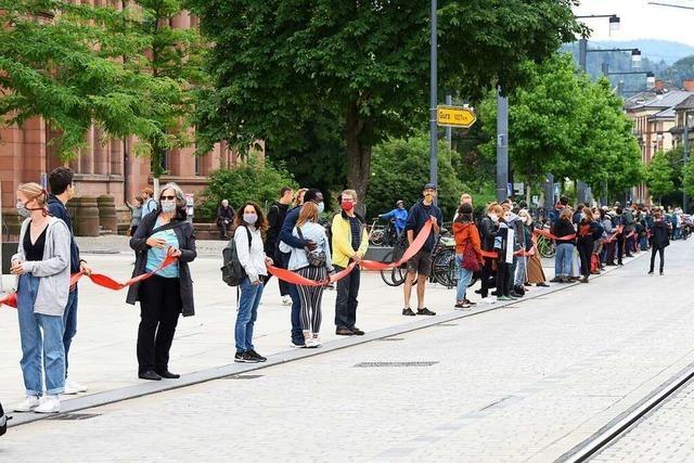 200 Menschen bildeten in Freiburg eine Menschenkette für Solidarität